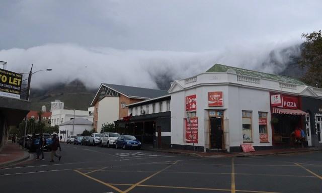Devil's Peak und Tafelberg in Wolken gehült. Blick von der Kloof Street