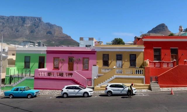 Bunte Häuser im Bo-Kaap Viertel in grün, pink, ockergelb und rot