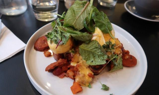 Huevor Rancheros: Frieg Egg, Tomatoe-Sauce, Bohnen, Avocado, crispy Tortilla, Fresh-Cheese & Tomaten-Koriander-Salsa