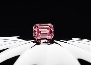 専門家がおすすめするピンクダイヤの選び方。神がオーストラリアの大地でアボリジニの神話のように、地球の内部からの贈り物を人類に与えた。 それがアーガイルピンクダイヤモンド。