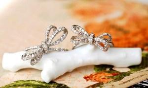 【サロン限定 香港特別工房で製作】ダイヤモンドで描かれたふっくらリボン、薔薇ペンダント。