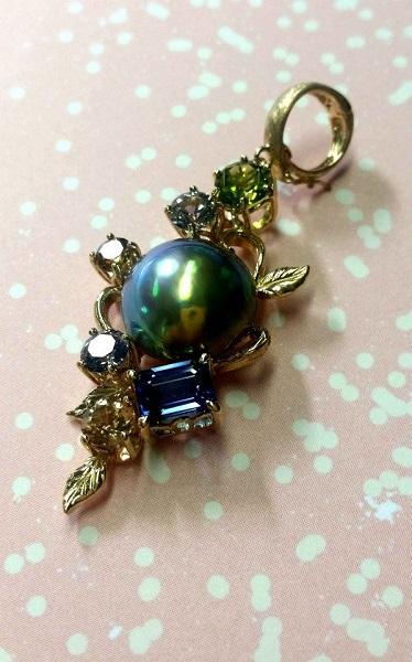 【フルオーダージュエリー】最後の決め手となったグリーンメタリックのマベ真珠でブローチが完成する。