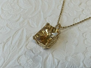 【カスタマイズ例】神秘的な宝石は特別な存在感を放ちます。
