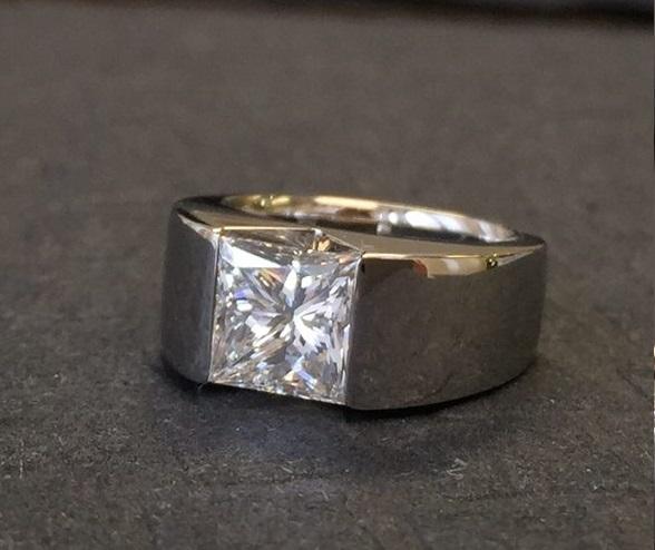 【フルオーダー例】2キャラット VS キャレシェイプダイヤモンドの魅力を最大に生かすピンキーリング。
