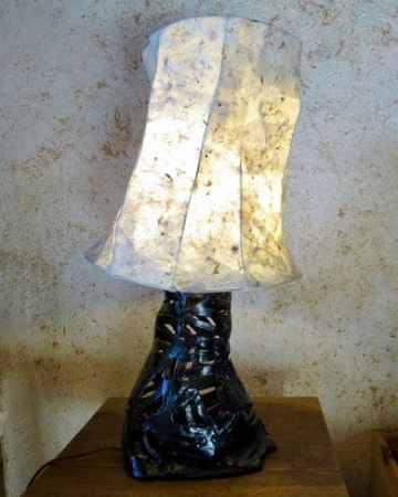 lampe noire avec abat-jour en papier népalais