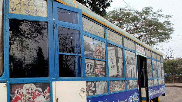 হাতে বই, জানালায় শহর কলকাতা, চড়বেন নাকি ট্রাম লাইব্রেরিতে!