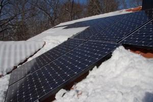 Snö hindras att glida av en del av modulerna av snedtaket (kl. 10:17).