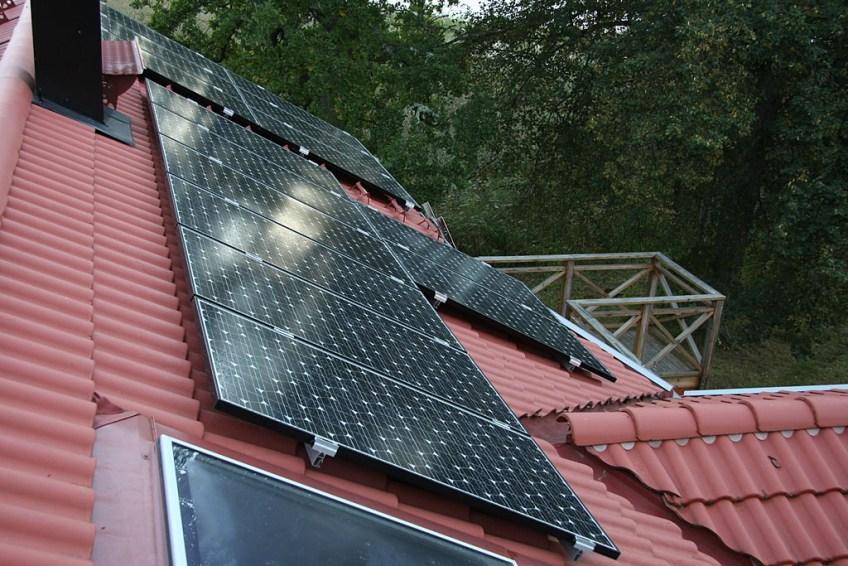 Våra solceller sedd från taknocken.