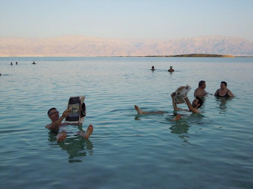 Läsning av kvällstidning i Döda havet.