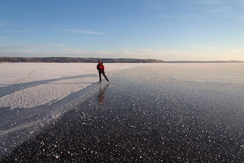 Maria Lindén åker på en smal spolkant i övergången mellan nyare is (höger) och något äldre is (vänster). 2012-12-09.