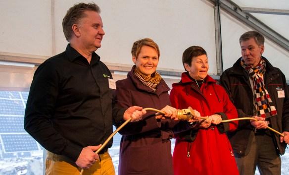 Inkopplingen klar. Från vänster Magnus Hellberg, Kraftpojkarna, Anna-Karin Hatt, Energiminister, Ulla Persson, ordförande Mälarenergi och Christer Jönsson, VD Mälarenergi.