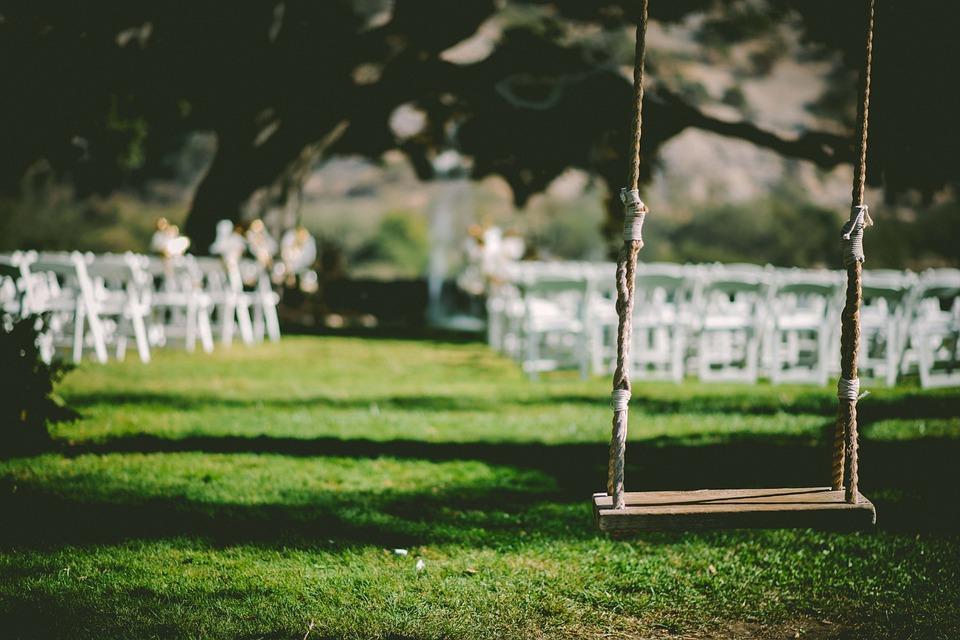 Jardín con sillas para una boda.