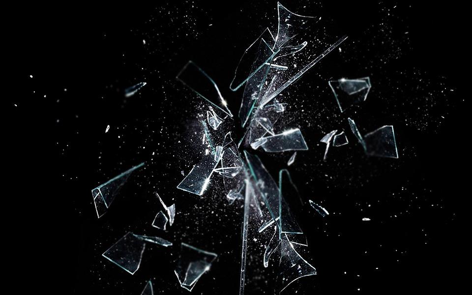 Pedazo de vidrio rompiéndose en el aíre
