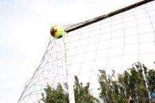 Balón de futbol soccer entrando a una portería y chocando contra la red.