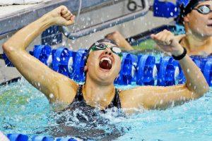 Un nadador festeja su triunfo y el ganar la medalla de oro