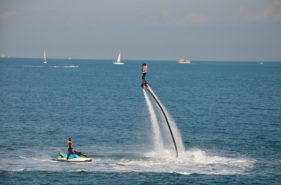 un practicante de flyboard, disfrutando de la experiencia de flotar sobre el agua.