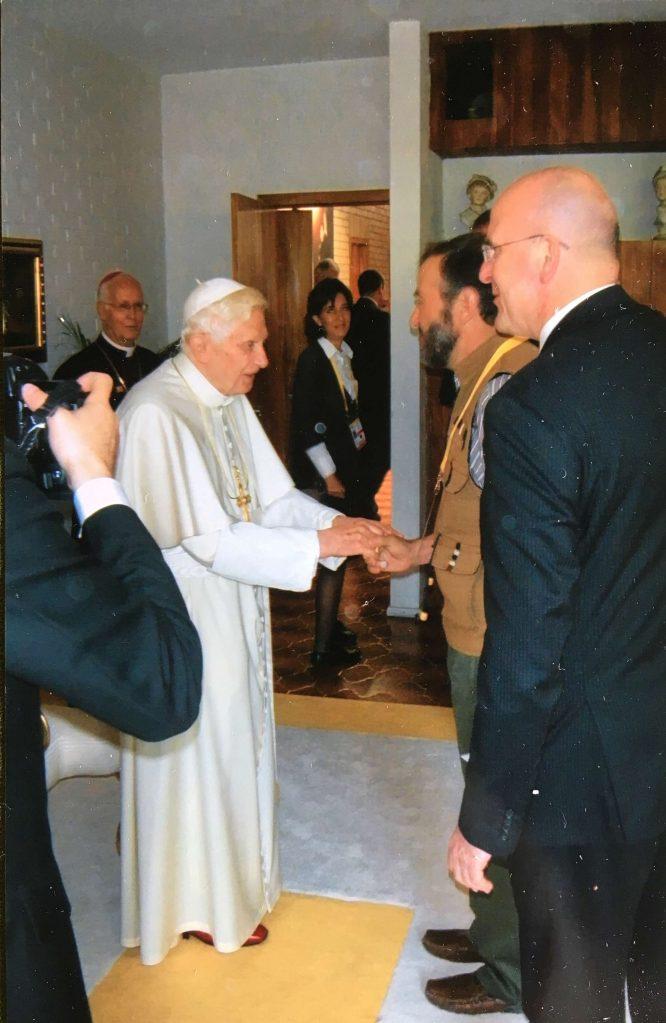 S. S. Benedicto XVI recibe a JR durante su visita a Guanajuato.
