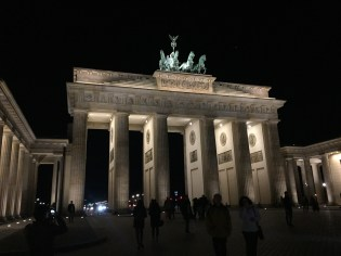 This is the Brandenburg Gate at night.