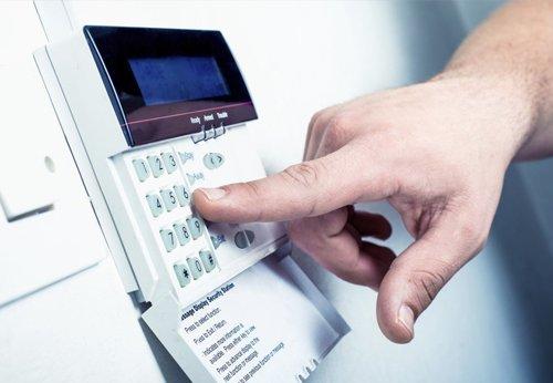 alam installer pressing key pad