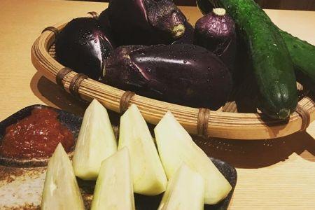 旬の夏野菜こんばんは。清瀬のべんてんです。今年も水なす入荷しました。エグ味が少なく、とってもみずみずしいです。生のまま、特製合わせ味噌で召し上がってください。赤身肉と塩ホルモン べんてん 東京都清瀬市松山1-14-1 電話07028223432 年中無休 #べんてん #清瀬 #焼肉 #赤身肉 #塩ホルモン #ホルモン #レモンサワー #ハイボール #夏野菜 #水なす