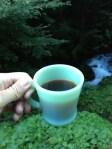 水源コーヒーツアー、 鶴川の水源でコーヒーを入れる