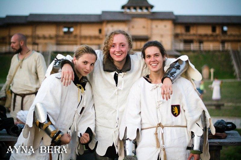 девушки в турнире по боевому фехтованию