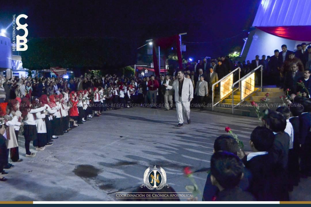 """Prosperidad y fortísimo consuelo de Dios  Para los Hijos de Dios, el Gran Apóstol de Jesucristo Naasón Joaquín García, es el Apóstol de la Consolación. GUADALAJARA, Méx. (Berea Internacional) — Como resultado del amor que tiene el Varón de Dios por todas las almas y siguiendo el ejemplo marcado por el Señor Jesucristo se encaminó de madrugada al """"templo"""" para orar, pero no iba solo."""