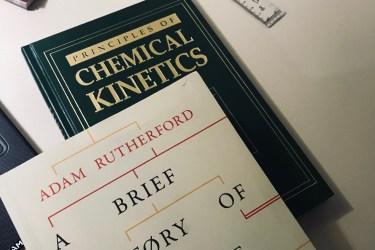 görselde üst üste iki kitap var. alttaki chemical kinetics, yeşil bir kitap. üstteki ise bir popüler bilim kitabı ve beyaz kapak üstünde siyah renkte the history of everyone who ever lived yazıyor.