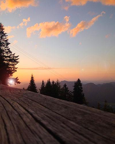 Terrasse der Voitl Hütte bei Sonnenuntergang