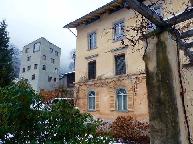 Die Villa Garbald in zartem Rosé, im Hintergrund der »Roccolo» von Miller / Maranta