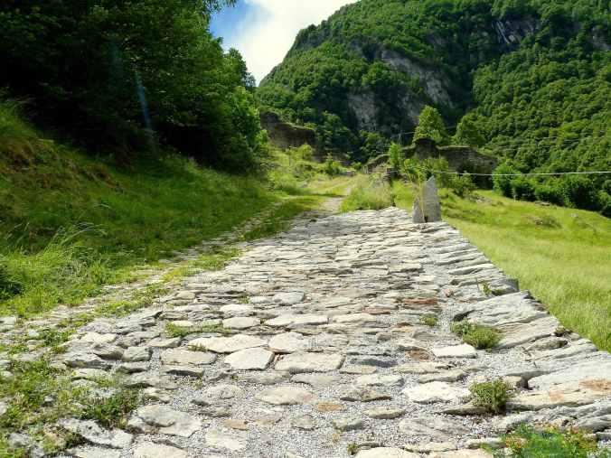 Wandern auf alten Steinwegen: hinauf auf die Porta bei Promontogno
