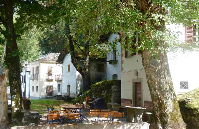 Bondo im Bergell: Grotti Richtung Promontogno