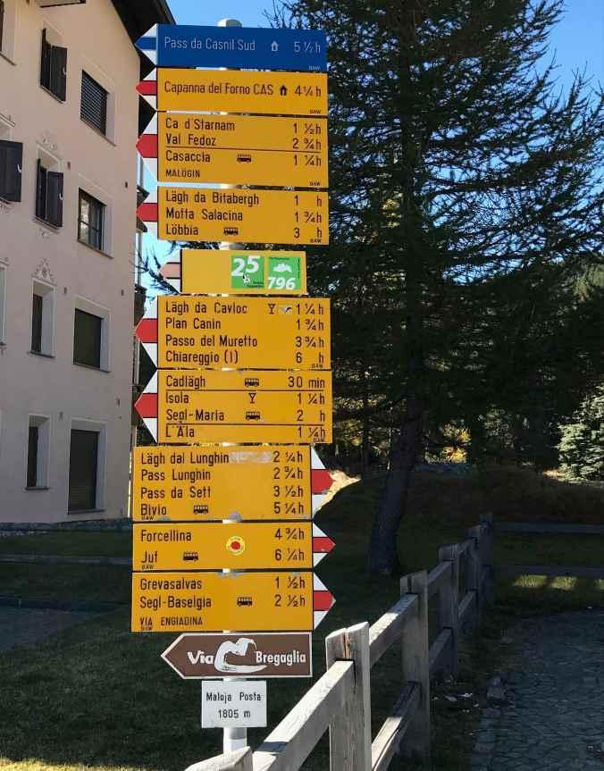 Wege in alle Richtungen: Schilder bei Maloja Posta