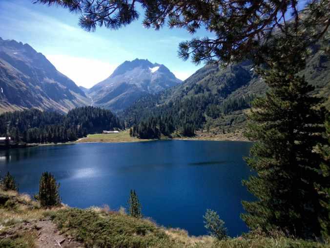 Der strahlend blaue Cavloc-See mit Alp Cavloc (Foto: C. Peitz)