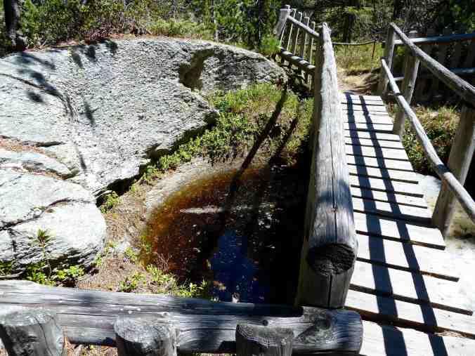 Eine Brücke über einen Gletschertopf bei Maloja