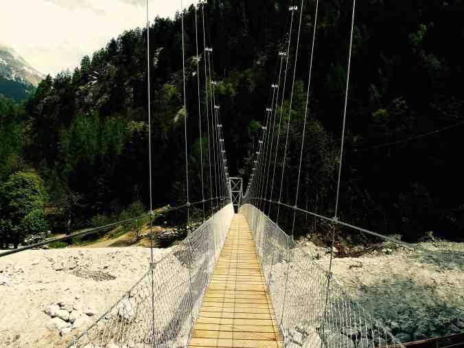 Die filigrane Hängebrücke über die Bondasca verbindet Bondo und Promontogno