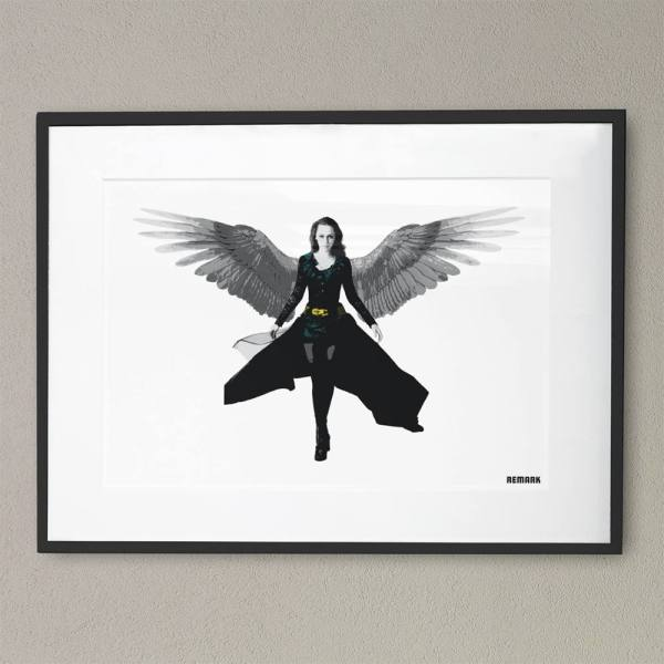 Bildet viser kunstverket Angel of dawn turkis innrammet hengene på en vegg