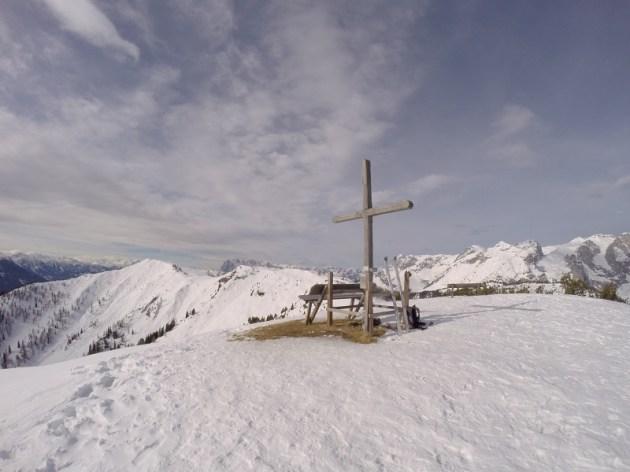 Am Gipfel. Im Hintergrund der Frommerkogel und das Tennengebirge.