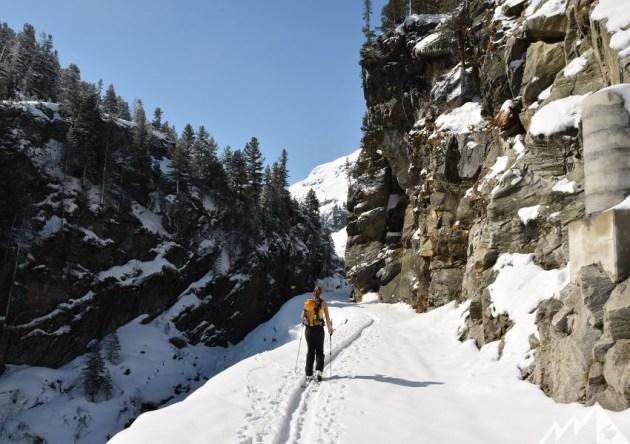 Auf der Straße zur Rudolfshütte liegt noch genug Schnee. Zum Hochgehen und Runterfahren.