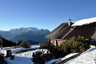 Die Stuhlalm. Im Hintergrund das Tennengebirge.