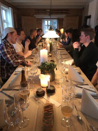 Im Hotel Aak essen alle gemeinsam zu Abend.