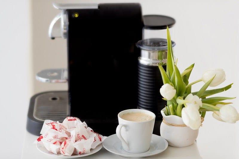 Bild einer Kaffeemaschine in Carmens Fotostudio fuer Neugeborene