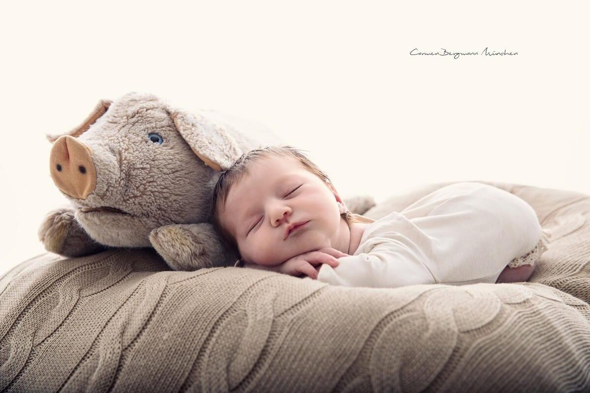 Neugeborenen Fotograf Carmen Bergmann fotografiert Neugeborenes mit Kuscheltier in Fotostudio