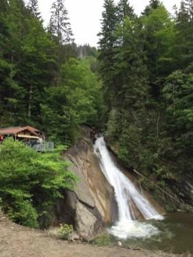 Klamm-Hütte mit Wasserfall