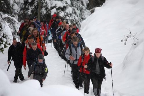 Reinhold Messner mit Besuchern des IMS auf einer Wanderung durch das Villnösstal