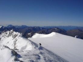 Die zweite Seilschaft kommt zum Gipfel