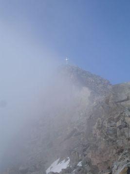 Der Gipfel zwischen Nebel und blauem Himmel