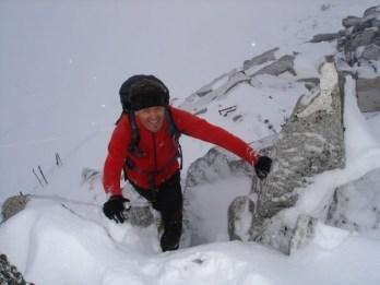 Vorsicht am schneebedeckten Grat