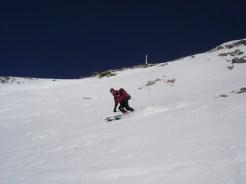 Abfahrt im Hang unter dem Gipfel