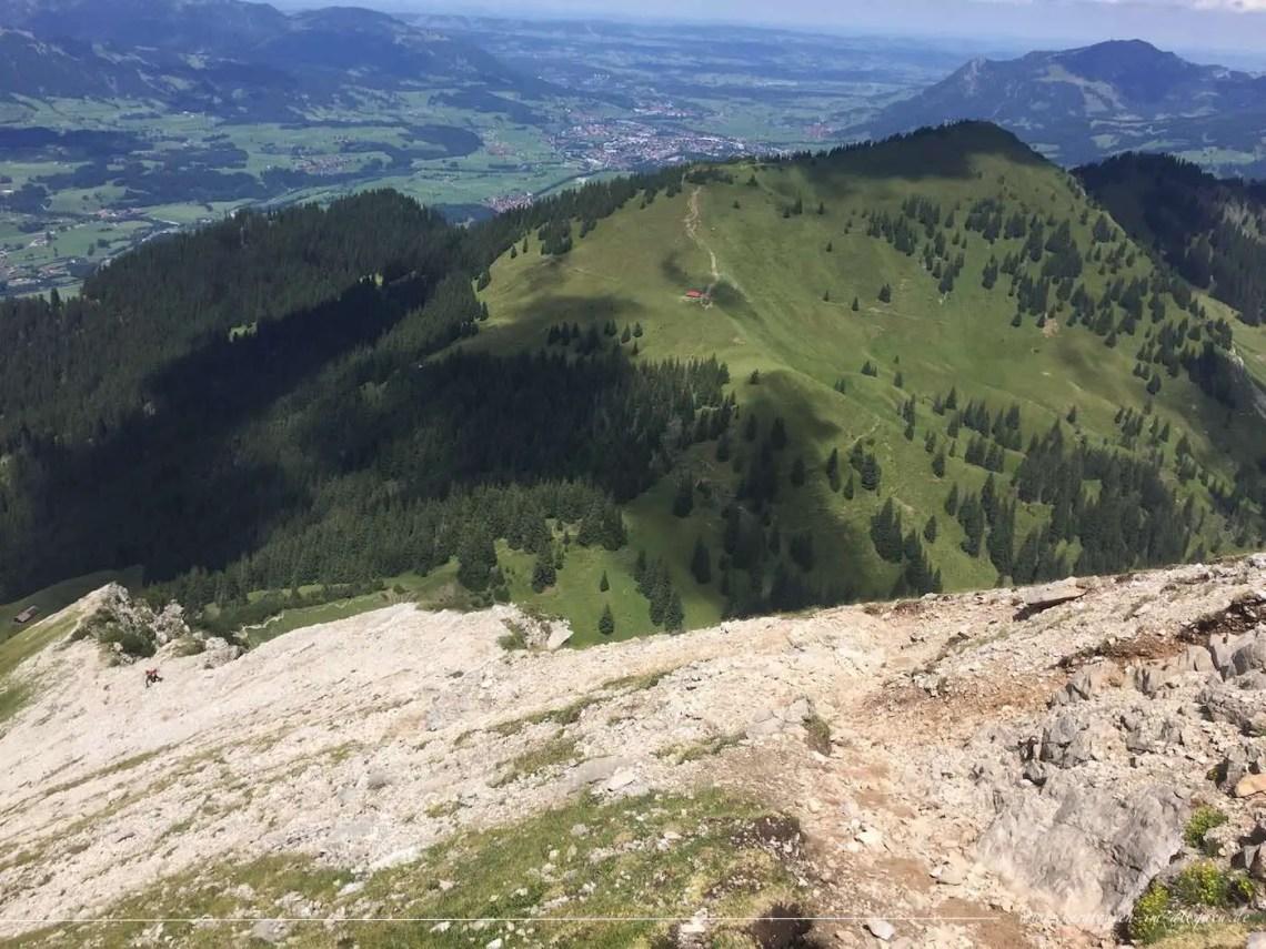 Aufstieg zum Entschenkopf, im Hintergrund Sonthofen